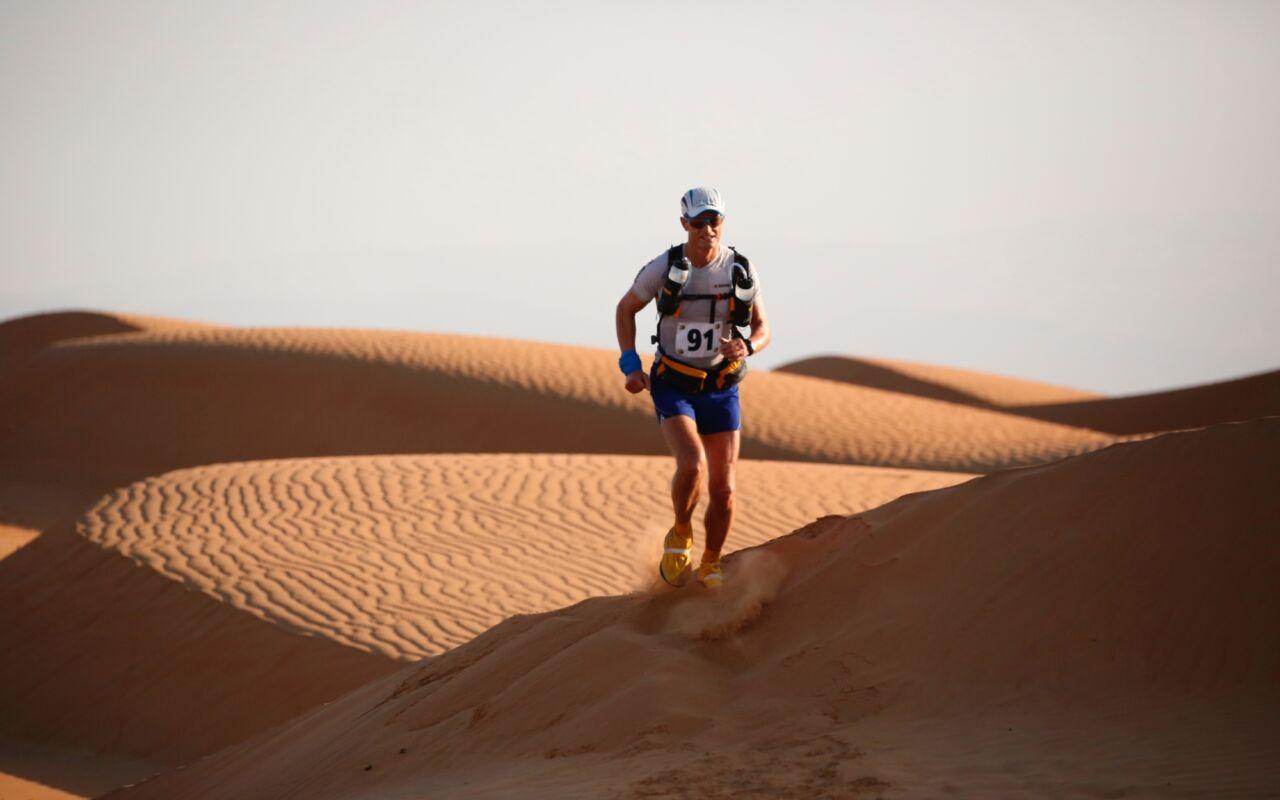 Frank loopt 165 km door de woestijn bij de Oman Desert Marathon