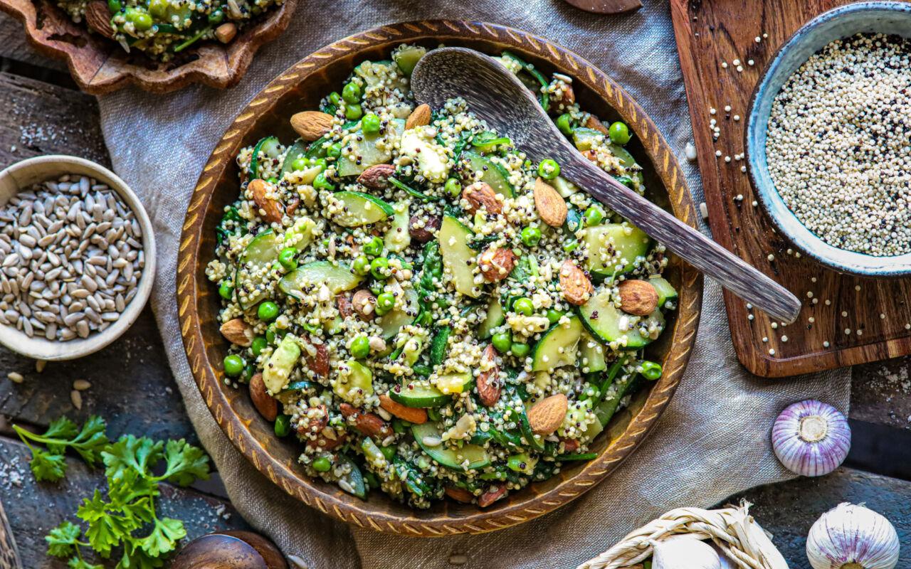 Eiwitrijke, groene quinoa salade met pitten en noten