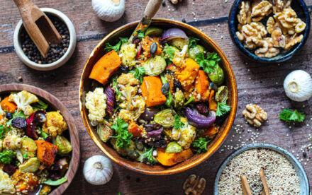 Lauwwarme salade met geroosterde groenten van het seizoen