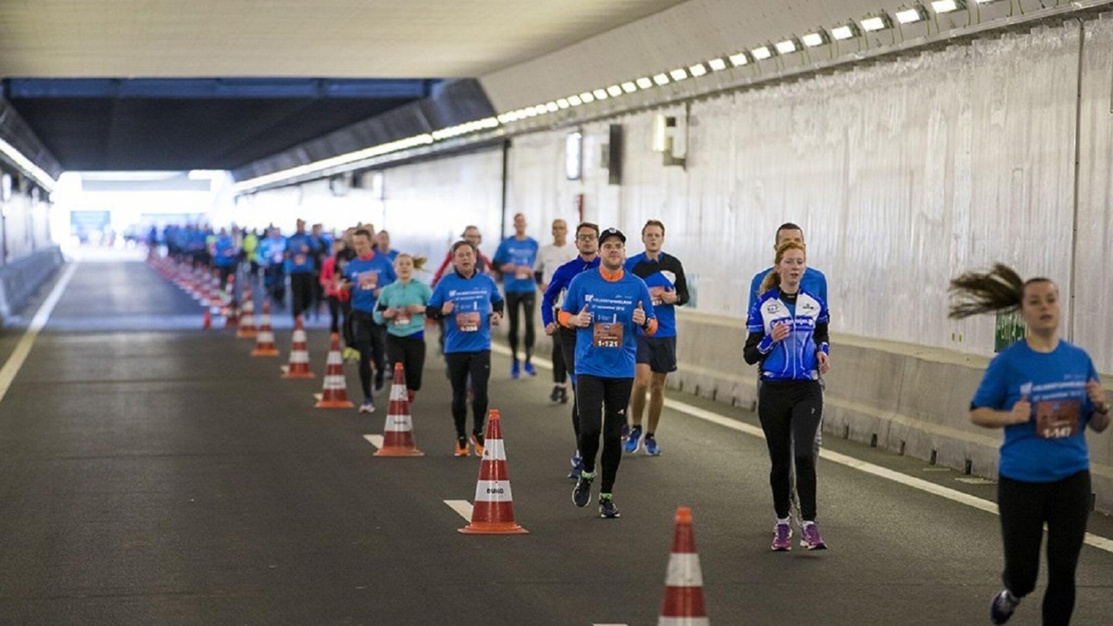 Velsertunnel Run: voor één keer geen auto's, maar hardlopers door Velsertunnel