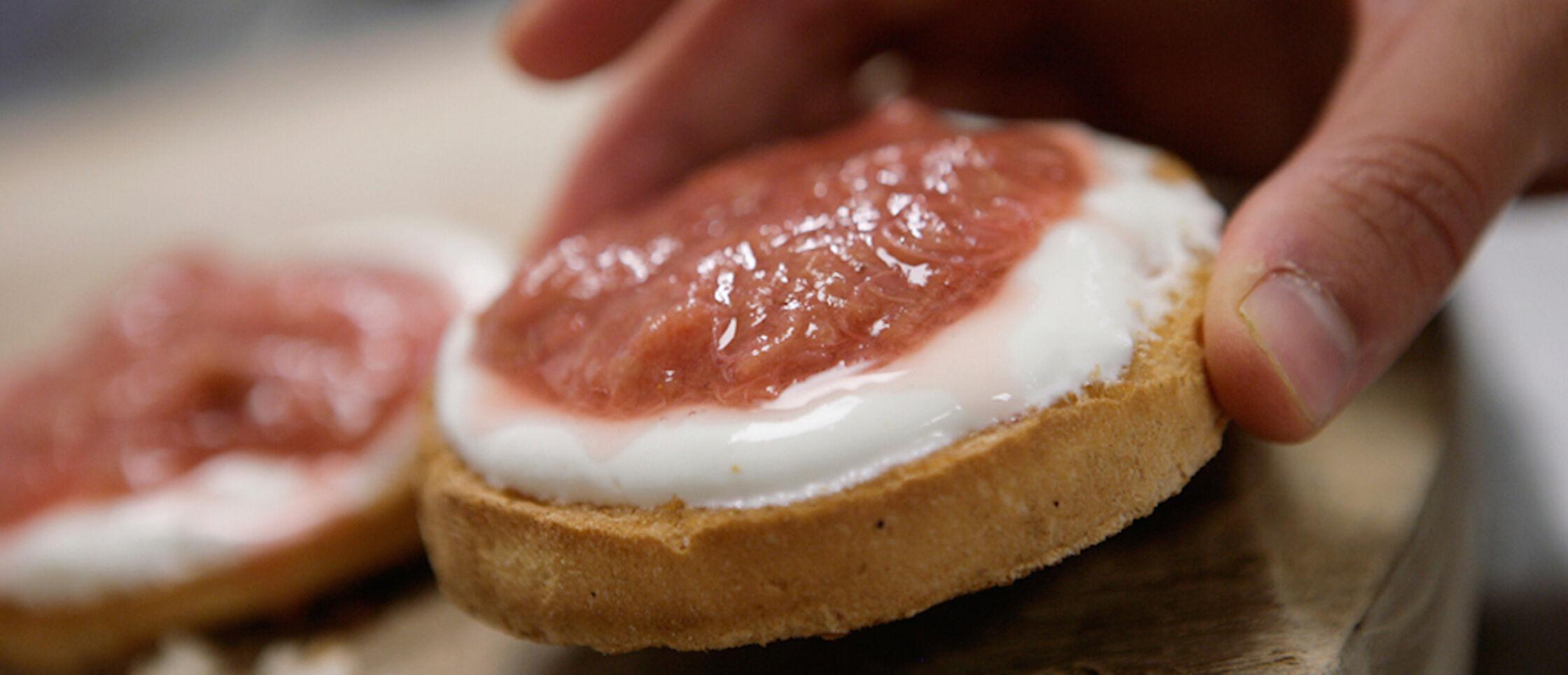 Recept: beschuit met kwark, rabarber en aardbeien